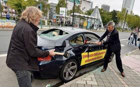 Недовольный клиент демонстративно разбил спорткар BMW